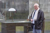 Bassam Tibi auf dem neuen Campus der Universität Frankfurt, Adorno-Platz, neben dem Schreibtisch von Adorno (Dezember 2016)